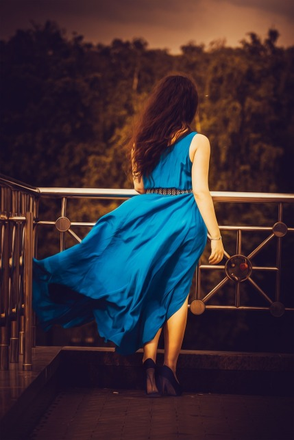 girl-in-blue-dress-1390840_1280